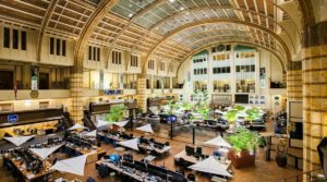 Современный вид торгового зала  Амстердамской фондовой биржи